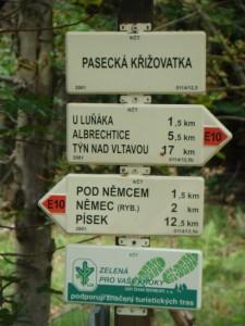 la parfaite organisation des tracés pédestre, celui-ci indiquant de surcroît le E10 sentier européen de grande randonnée et chacun de ces sentiers, long de plusieurs milliers de kilomètres, traverse plusieurs pays européens.