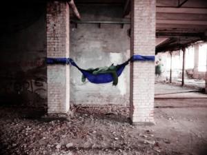 Un graffiti de monstre trouvé dans une fabrique abandonnée