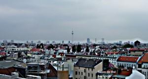 Vue panoramique sur Berlin, sur les toits à Neukölln. On y voit la tour tv d'Alexanderplatz.