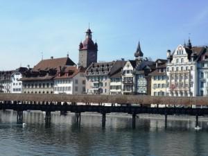 Bord de la Reuss avec vue sur la vieille ville