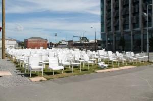 185 Empty Chairs, une oeuvre d'art en hommage aux personnes décédées dans le tremblement de terre de février 2011