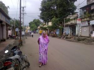 Une Indienne en sari dans une rue de Navi Mumbai, un après-midi  de mousson