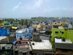 Vue de mon balcon: un bidon-ville sur fond de mer d'Arabie