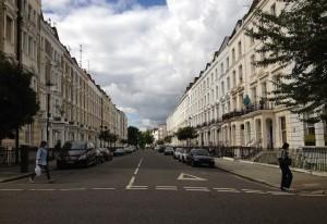 Photo prise dans une rue du quartier de Notting Hill. On y retrouve les typiques maisons blanches a colonnes, qui sont tres courantes a Londres.