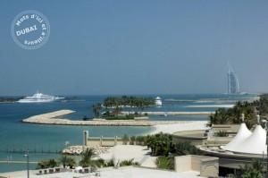 La côte de Dubai vue depuis Palm Jumeirah et avec la silhouette de Burj El Arab