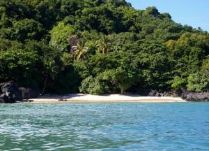 petite plage au sud de l'île accessible à pieds ou en bateau, appelée communément plage des sychelles