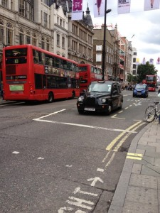 """Oxford Street le 1er jour de Delphine à Londres avec les fameux bus rouges à doubles étages et les """"black cab""""."""