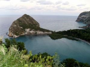 plage de Moya (sur Petite Terre) visible à partir du cratère du lac Ziani. Une des plages où les tortues viennent pondre.