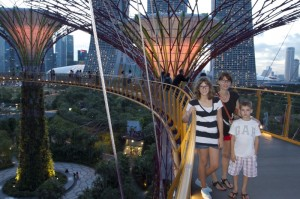 Christine, avec ses infants, sur la passerelle des Sky Trees des Gardens by the Bay