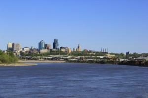 Kansas City Missouri vu du confluent du Kansas et du Missouri (les rivières) : à cet endroit en juin 1804, Lewis and Clark firent une étape dans leur long voyge de Saint-Louis Missouri et les côtes de l'Oregon