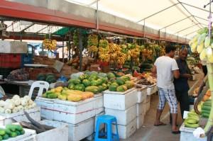 Avalanche de fruits et légumes au marché couvert de Malé