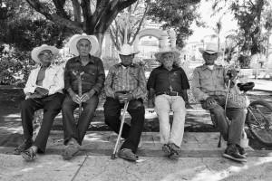 """""""Los caballeros"""" - Des hommes au village de Teuchitlán à côté des ruines de Guachimontones"""