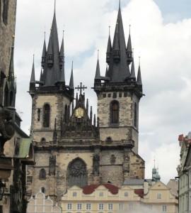 Eglise de style Gothique, Notre Dame du Týn qui domine la place de la Vieille-Ville de Prague de ses deux tours très particulières.