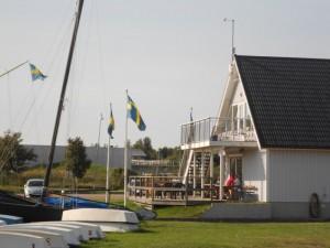 Maison de pêcheur avec le drapeau suédois