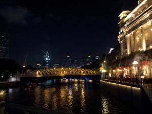 Une vue de la rivière de Singapour la nuit
