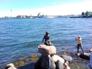 emblème de Copenhague, la petite sirène a beaucoup d'admirateurs.