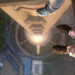 Photo prise depuis la tour de la télé de Shanghai, le plancher est transparent ! Assez effrayant !