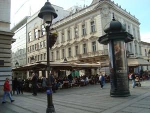 Un café dans la rue piétonne principale de Belgrade