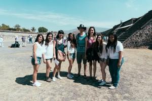 Interviewé par des adolescentes sur le site préhispanique de Teotihuacan
